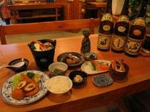 夕食はメイン・鍋・刺身・煮魚など他にも品数があって、日替わりなので連泊でも喜ばれております。