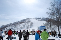 かぐらスキー場のメインゲレンデ前は、皆様の熱気で暑いぐらいです!