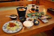 夕食にはメイン・鍋・魚・刺身など他にも品数豊富で、幅広い年齢層で皆様に喜んで頂いております。
