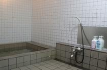 少し小さめの浴場。裸のお付き合いで他のお客様と仲良く慣れちゃうかも♪
