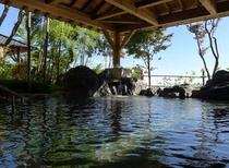 ベアーズハウスから歩いて5分の温泉ユングパルナス。露天風呂、薬草風呂、打たせ湯、サウナ、塩サウナ。