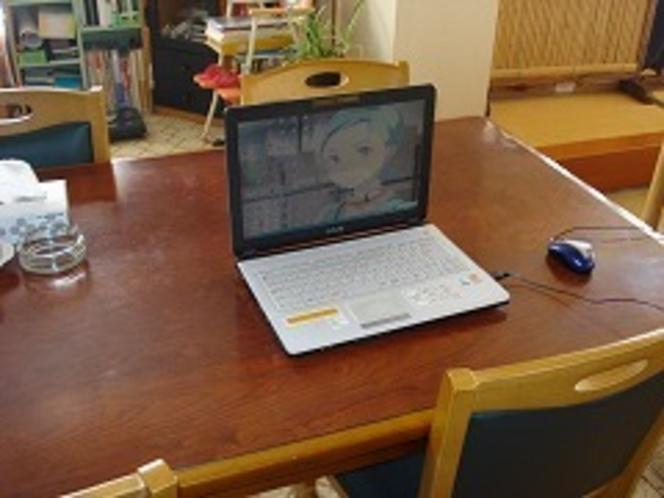 食堂にてインターネット接続中