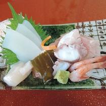 *【夕食一例】朝獲れたばかりの旬の地魚を使ったお刺身