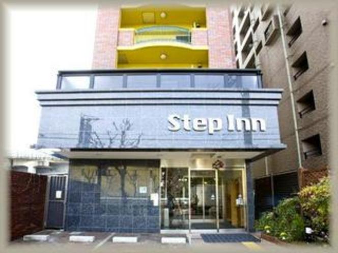 ステップイン玄関 黄色い建物が目印です♪