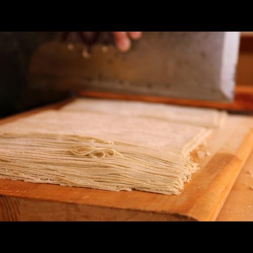 磨いた技が、十割でもこの細さに。蕎麦の味とコシがしっかりしているから、このくらいの細さが美味しい