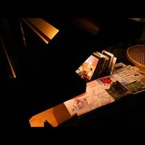 ロビーにはちょっとした観光雑誌やパンフ・お土産を置いています。囲炉裏を囲んで明日の観光の作戦でも・・