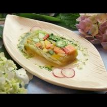 【夏野菜のテリーヌ】太陽の恵みたっぷりの夏野菜をテリーヌに。バジルソースで爽やかに♪