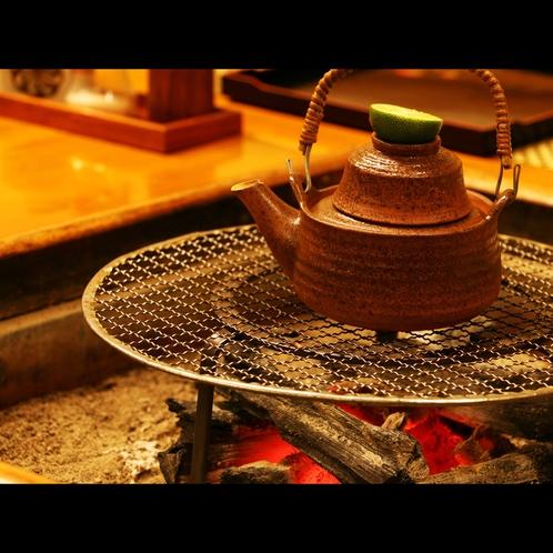 松茸の土瓶蒸しも炭火でぐつぐつ・・・香り高い松茸をお楽しみください。