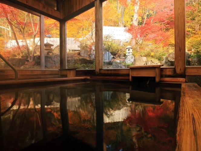 【男湯】内湯からも紅葉を楽しむ事が出来ます。