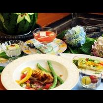 夏のお料理一例。旬の夏野菜をたっぷり使っています。実際に一度に並ぶことはなく、1品1品出来立てを味わ