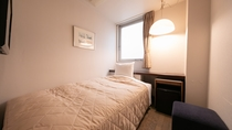 【シングル】8平米/ベッド幅100cmのお部屋。床は温かみのある木目調フローリング。