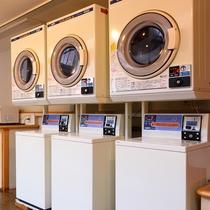 【コインランドリー】長期滞在でも安心。洗濯機・乾燥機各3台ございます。