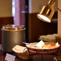 【軽朝食】2種類の焼きたてのパン、挽きたてコーヒー、野菜ジュース、牛乳、 コ-ンス-プの軽食をご用意