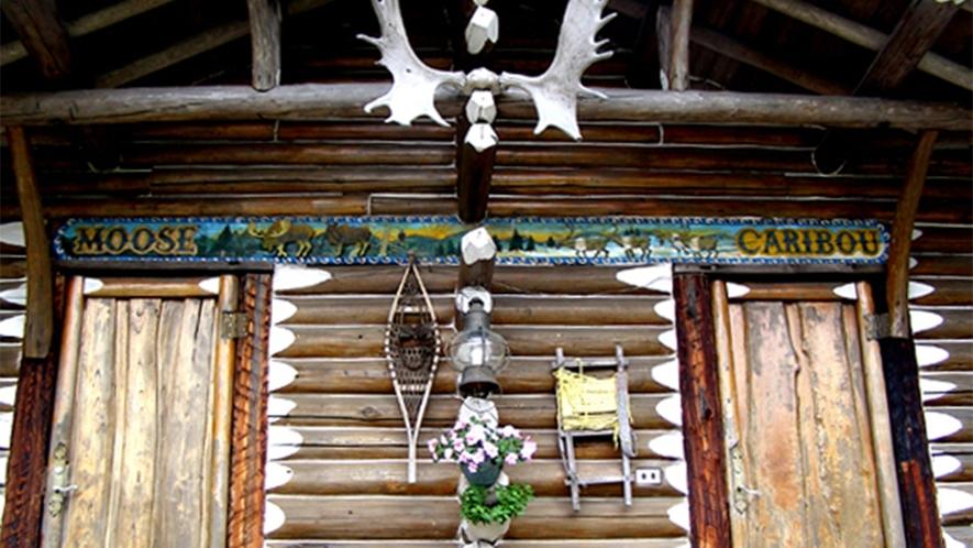 ・コテージ玄関。インディアンな雰囲気がカッコいい