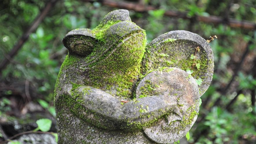 かえるの石像