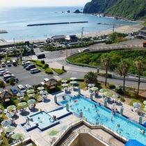 ホテルのプールと徒歩2分の海水浴場