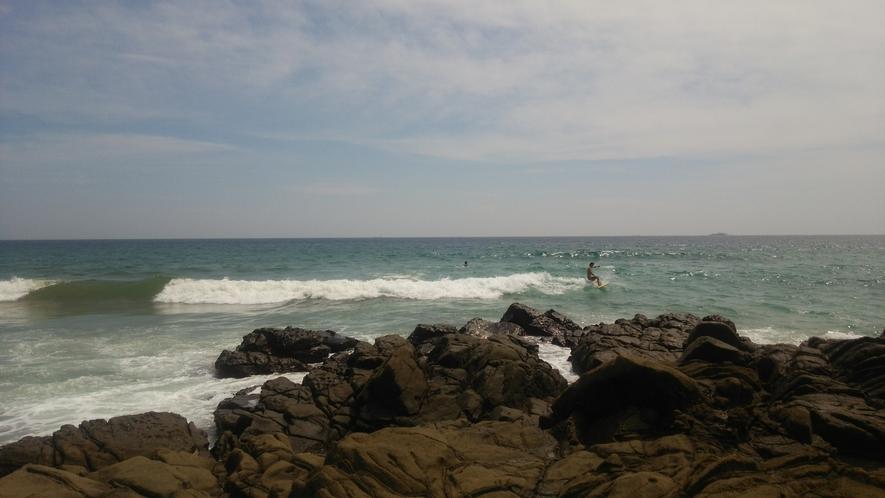 吉佐美大浜とサーファー