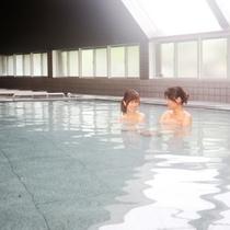 【大浴場】天窓から柔らかな自然光が降りそそぐ大浴場