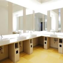 【大浴場・脱衣スペース横のパウダールーム】脱衣スペースの隣は明るいパウダールーム