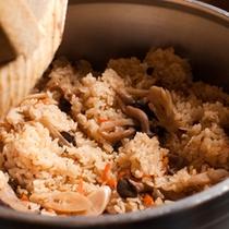 【夕食バイキング・かまど御飯】かまどで炊いた炊き込みご飯も人気メニューのひとつです。