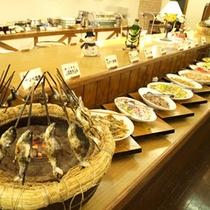【夕食バイキング】ヒメマスの炭火焼きや山菜料理、揚げたて天ぷらやステーキなど人気メニューのが並びます