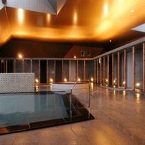 【大浴場】木の柱や温かみのある照明も癒しの空間を演出します