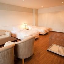 【ワンちゃん洋室】ツインベッドの広々洋室。ペットと一緒にご利用いただけるシャワールームもございます。