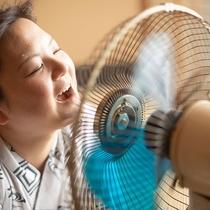 昭和の風はいかが?お風呂上りは扇風機に向かて「あ゛~」。昔のレトロ扇風機はフロントで貸し出してます。