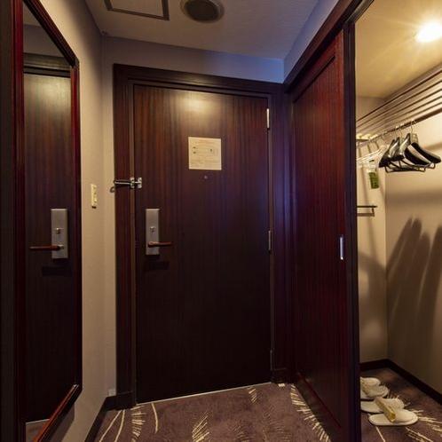全室に大き目のクローゼット。壁付けの姿見も。