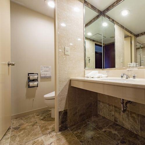 シャワーブース付きバスルーム / トイレ・洗面台②