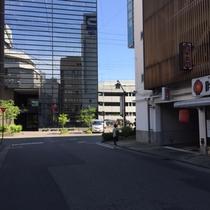 【駐車場案内③】信号を左折したら突き当りを「右折」