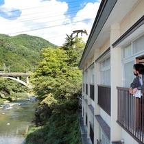 マイナスイオンがいっぱい♪自然に囲まれ、摺上川に面して立つ旅館です