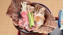 当館オリジナルのおすすめメニュー エゴマ豚の朴葉陶板鍋