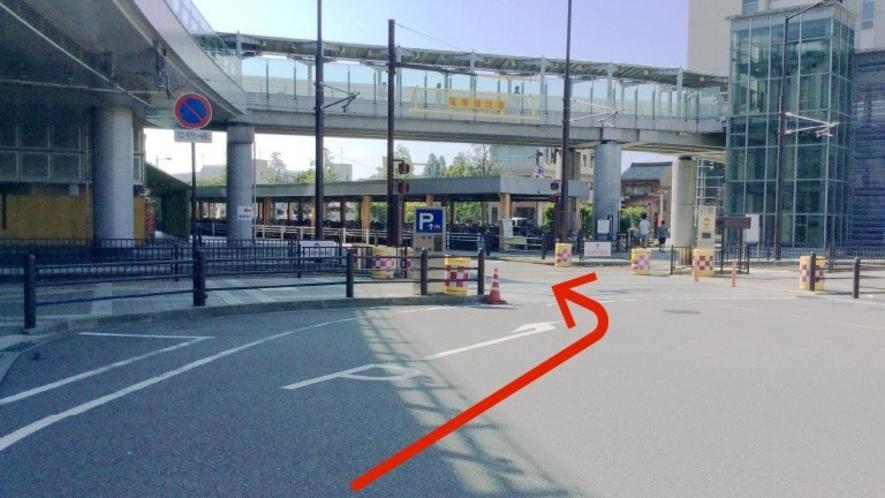 駐車場案内(片原町交差点から高岡駅ロータリーを半周すると駐車場入口がございます)