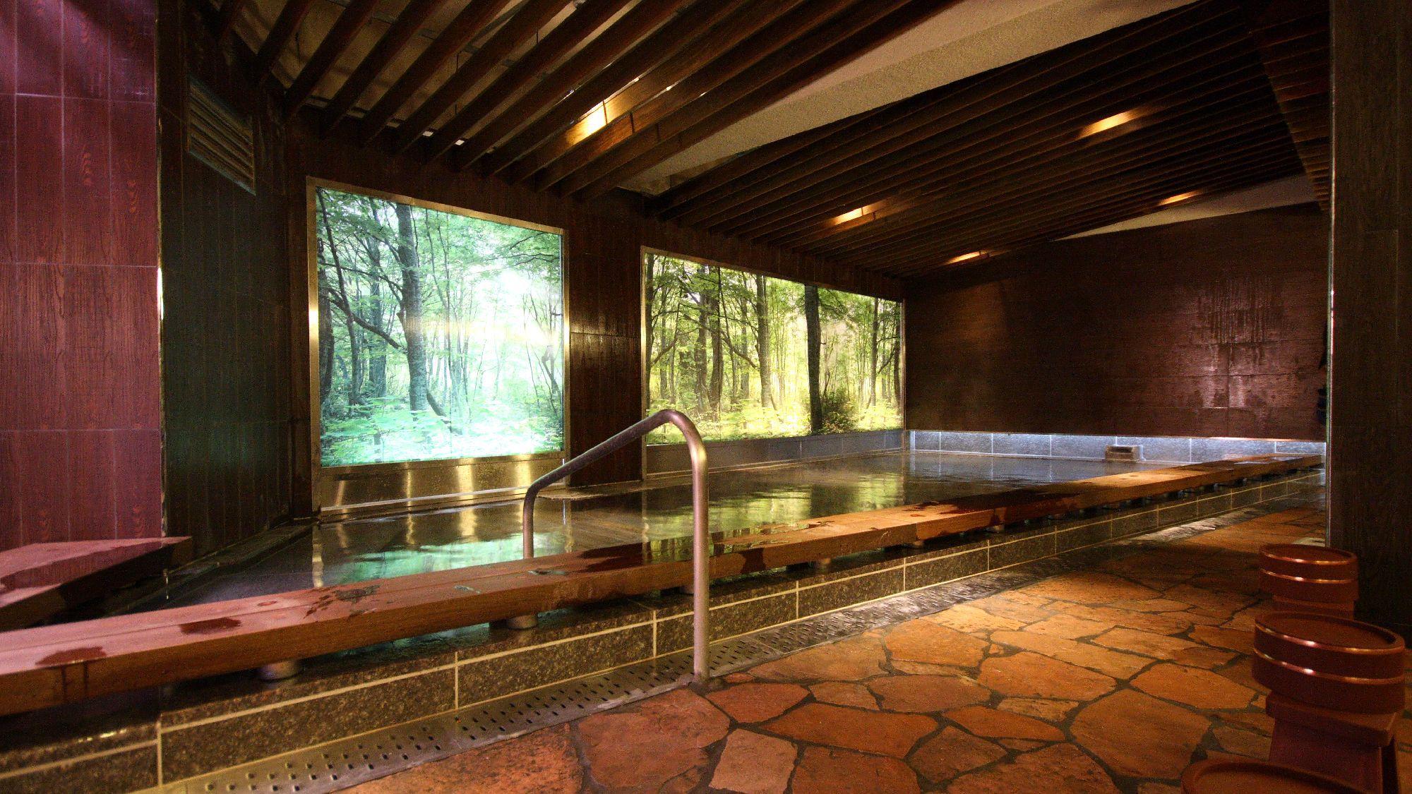 ◇本館<湯遊天国>〜木もれ陽の湯〜森林をイメージした大スクリーンが自然の中での入浴を演出。