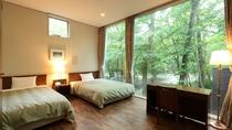 ◇【ザ・コテージ】西棟(一例)/開放的な窓から光が差し込むベッドルーム