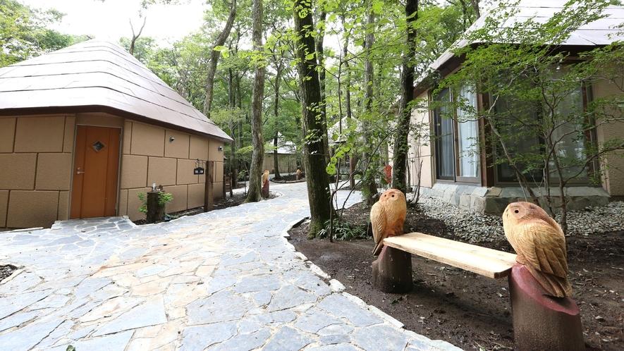 ◇【外観/ふくろうの森】可愛らしい外観のコテージのまわりに木彫りのふくろうがお出迎え♪
