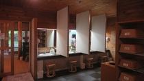 ◇オリエンタルガーデン大浴場<湯処ひのき>脱衣所内の洗面台には新たに仕切りを設置しております
