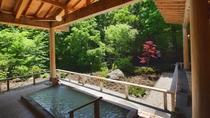 ◇オリエンタルガーデン大浴場<湯処ひのき>贅沢な総檜造り露天風呂。乳白色の硫黄泉で体の芯まで温まる