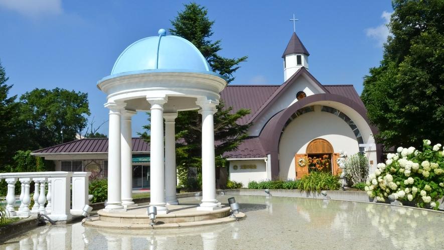 ◇【太陽の教会】施設内にあるステンドグラスがキラキラ輝くチャペル