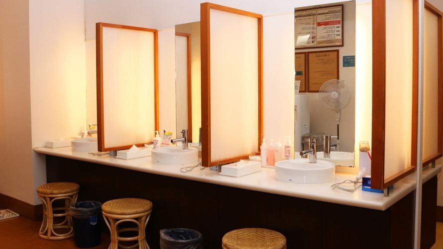 ◇本館<湯遊天国>脱衣所内の洗面台には仕切りを設置しております(当面の間、週末のみの営業となります)