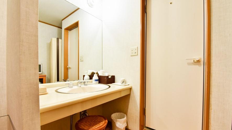 *【部屋/和室8畳】洗面所・トイレはセパレートです。
