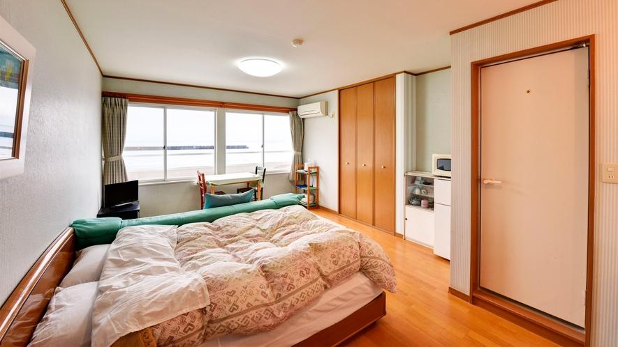 *【部屋/洋室ダブル】窓からは駿河湾が一望できます。開放的な眺めをお楽しみください。