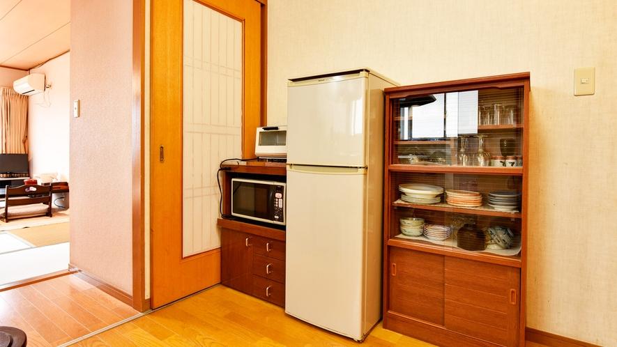 *【部屋/和室10畳】冷蔵庫・電子レンジをお部屋にご用意しております。
