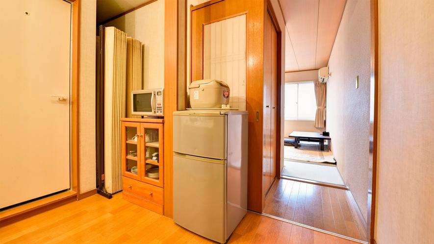 *【部屋/和室8畳】冷蔵庫・電子レンジをお部屋にご用意しております。