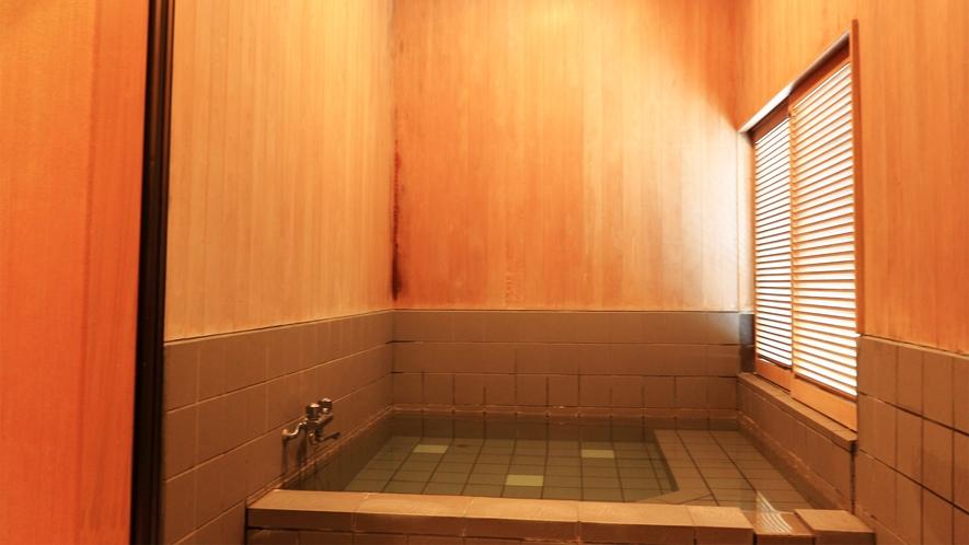 *【貸切温泉】木の温もりに囲まれたホッと休まる浴室。