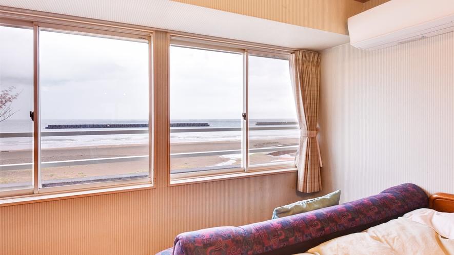 *【部屋/洋室ツイン】明るい光が差し込むツインルーム。朝起きて最初に海をご覧いただけます。