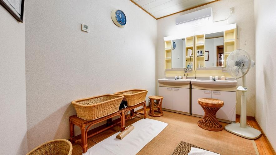 *【貸切温泉】清潔さを心がけた脱衣所にはドライヤーを完備しております。