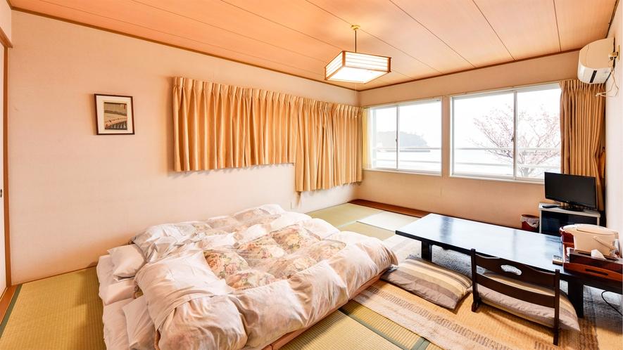 *【部屋/和室10畳】目の前の海でたっぷり遊んだ後はふかふかのお布団でゆっくりお休みください。