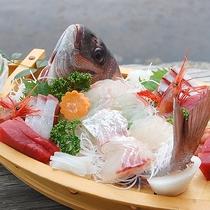 ● 舟盛一例 ● 鮮度抜群の魚介を、どどんっと舟盛でご堪能下さい♪